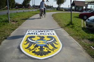 Naklejka chodnikowa - Lokalizacja informacja - Naklejka na drodze dla rowerów w powiecie milickim